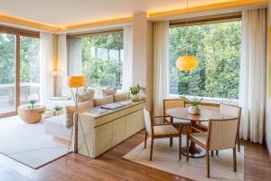 Generous living space in the Esteva Suite, Vana
